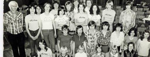 Die ersten Tanzbegeisterten 1976 in der Aula der Grete-Unrein-Schule mit den Betreuerinnen Gunni Fichtner und Dorle Biermann (Mitte hinten). Foto: Tanzstudio P 70