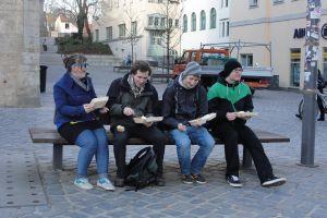 Kleine Lerngruppen treffen sich in der Stadt, gegessen wird so nebenbei