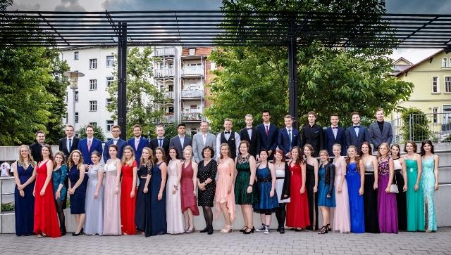 Sie sind zurecht stolz auf ihre Leistungen - unsere diesjährigen Abiturienten. Foto: Sebastian Bratge
