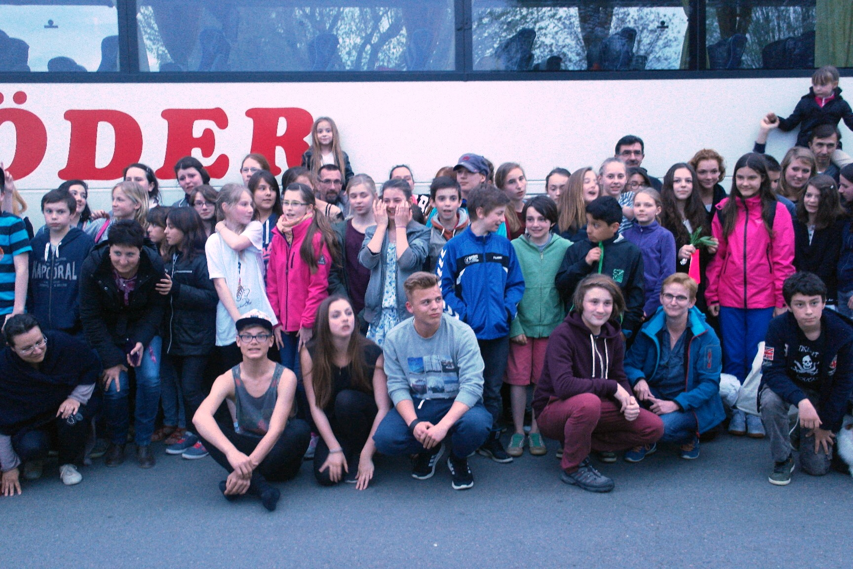 Wenige Minuten vor dem Rückreisestart - Wie eine große Familie - die IGS-Schüler und ihre Gastfamilien passen fast nicht einmal auf das Foto.