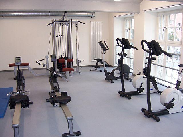 Der moderne Fitnessraum lädt ein, sich aktiv zu betätigen.