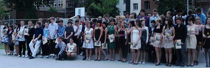 So viele Absolventen, dass sie nicht mal alle gleichzeitig aufs Bild passten ...