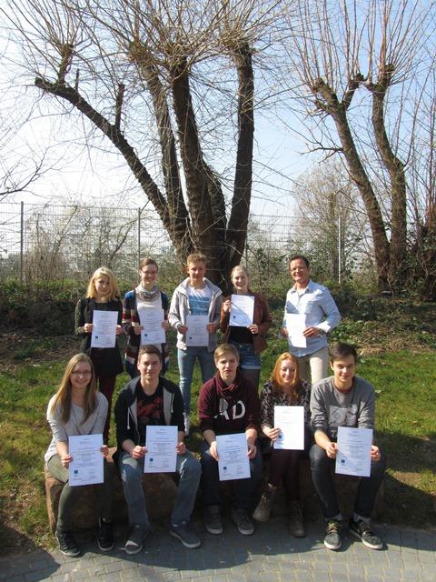 """Die Teilnehmer der IGS """"Grete Unrein"""" präsentieren am letzten Tag der Schulbrücke Europa in Heidelberg stolz ihre Teilnahmezertifikate."""