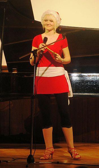 Veronika Schumann führte als Weihnachtsfrau durch das Programm