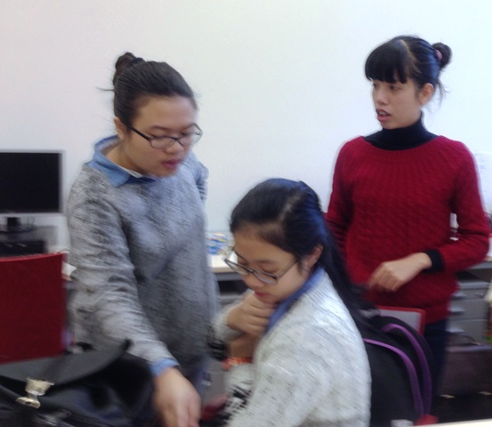 Zwischen den Stunden, Linh und Mai im Gespräch mit ihrer Lehrerin Nga
