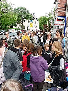 Kurz vor 19 Uhr in der August-Bebel-Straße: Viel Gepäck und noch viel mehr Emotionen.