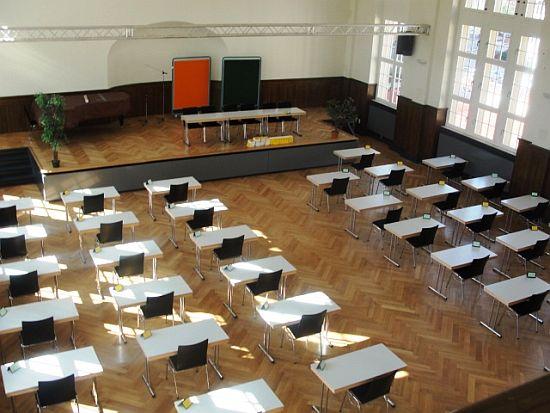 Alles vorbereitet in der Aula - Abitur  '10 kann starten