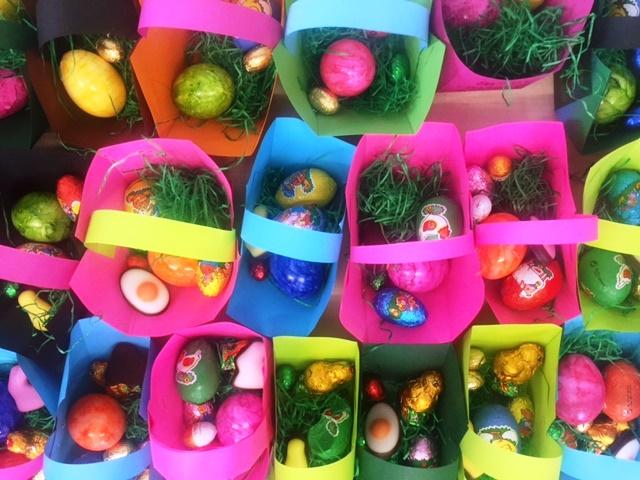 Liebevoll gebasteltete und gefüllte Osterkörbchen suchten und fanden unsere jüngeren Schüler in der Vorosterwoche.