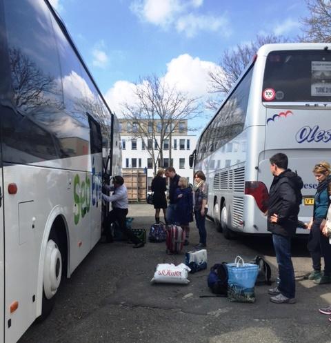 Fast scheiterte der Busfahrer am viel zu umfangreichen Gepäck ... aber eben nur fast.