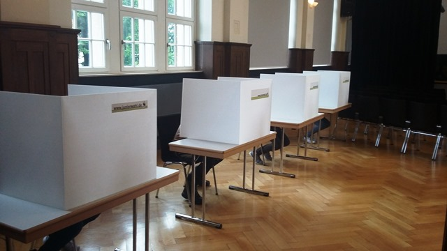 Alles wie bei den Erwachsenen - Mit Ausweis, Wahlbenachrichtigung und Wahlkabine