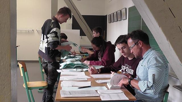 Schülerinnen und Schüler der Klasse 11a mit ihrem Sozialkundelehrer Toralf Schenk bei der Stimmenauszählung