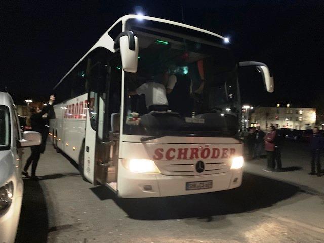 Ein vertrautes Bild: Sonntagabend, Lutherplatz und lang bekannte Busfahrer. Es kann losgehen.