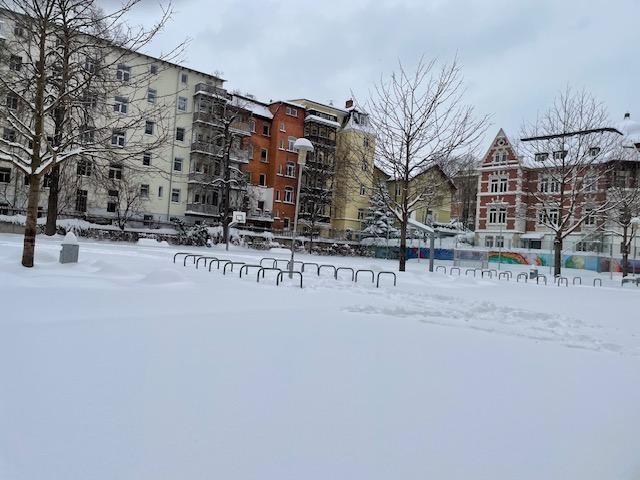 Viel Schnee auf dem Schulhof, aber keine Schneeballschlacht möglich.