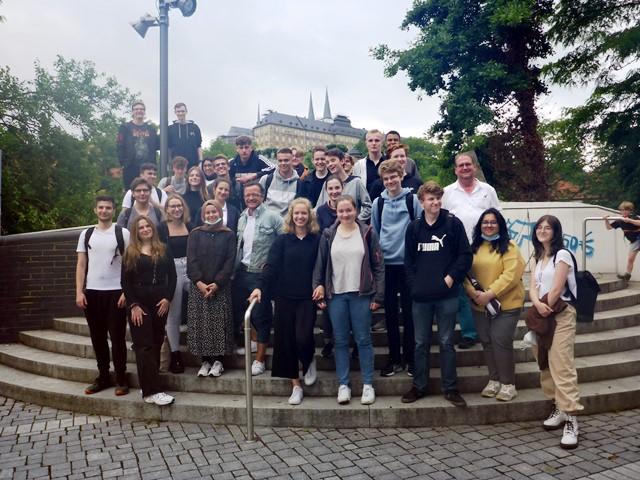 Schülerinnen und Schüler der 11. Klasse in Bamberg in Begleitung ihrer beiden Klassenlehrer; im Hintergrund Kloster Michaelsberg