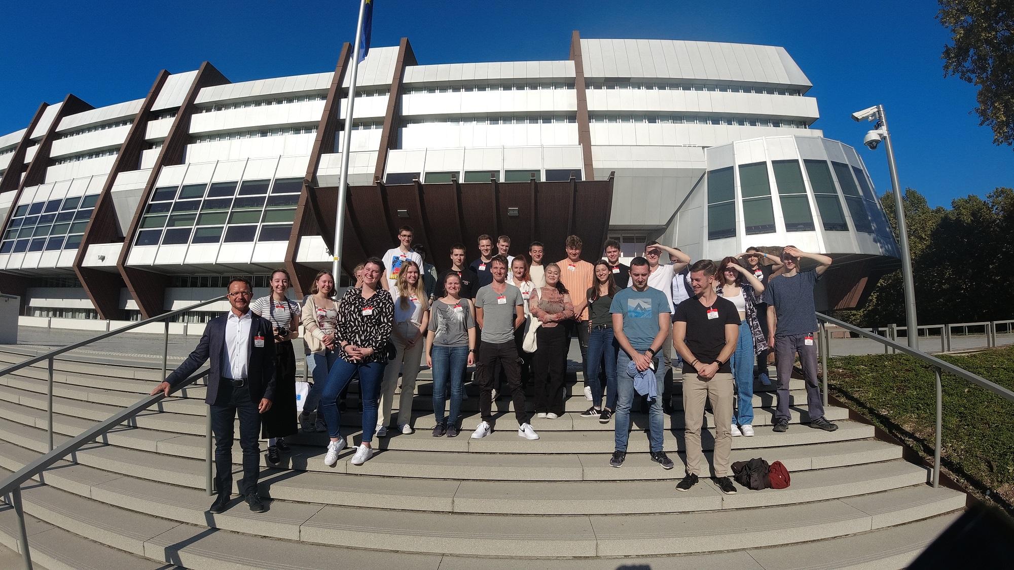 Unsere Abiturienten vor dem Europarat in Straßburg am 23.09.2021