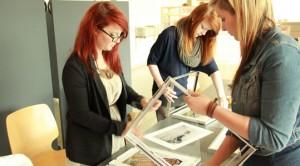 Bauten die Ausstellung mit auf: Lena, Anne und Maria aus den 11. Klassen