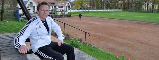 Sportlehrer Frank Kramer auf dem Westsportplatz Foto: Lutz Prager