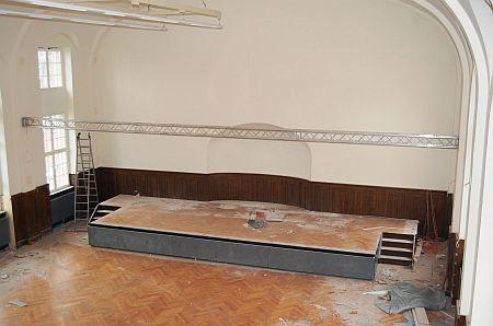 Neue Heizung in der Aula, auch an der Bühne