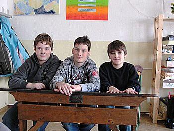 Probesitzen in einer alten Schulbank