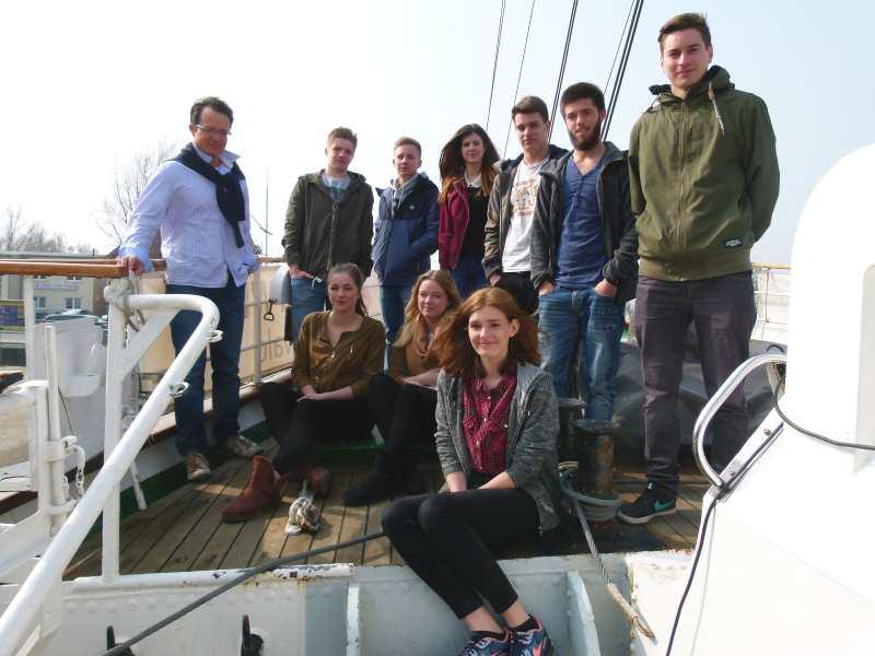 Die Teilnehmer der IGS Grete Unrein auf dem Segelschulschiff
