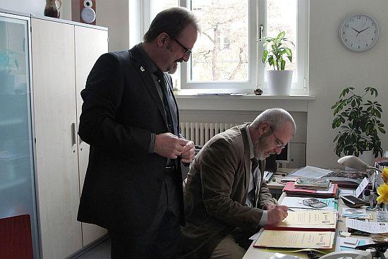 Beide Schulleiter unterzeichnen den  Partnerschaftsvertrag am historsichen Datum: 16. April 2010
