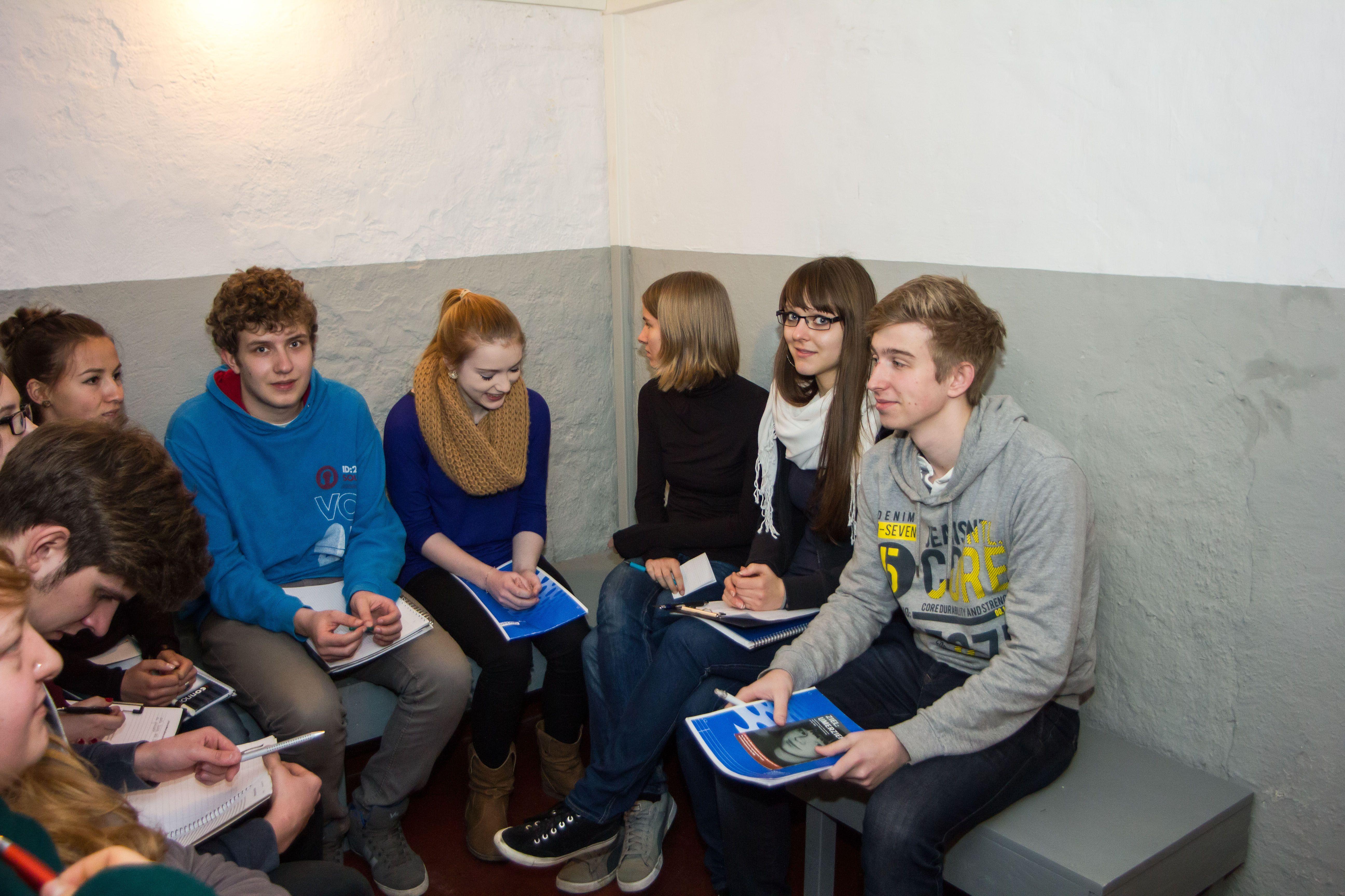 Schüler der 13. Klasse scheuten auch den Gang in die Einzelzelle des Geschlossenen Jugendwerkhofes nicht, um dort zu arbeiten.